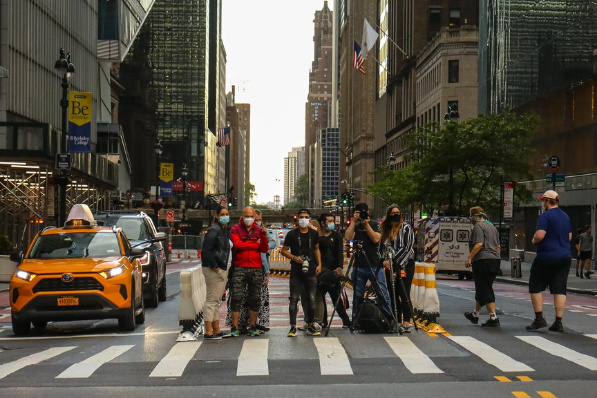 People waiting on the streets of NYC to get photos of the Manhattanhenge event